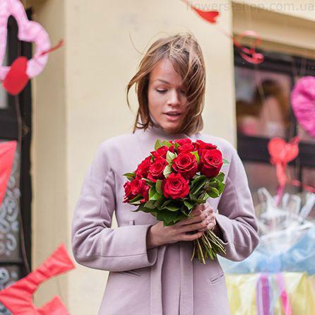 маленький букет красных роз