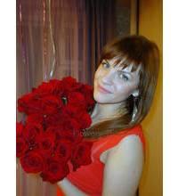Девушка с доставленным букетом роз