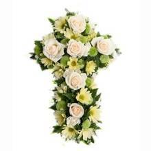 Крест из живых цветов - хризантем и роз