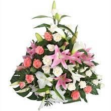 Корзина с лилиями, розами и декоративной зеленью монстеры