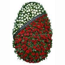 Венок из красных и белых роз на каркасе