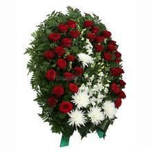 Овальный венок на похорона с красными розами, одиночными хризантемами и дендробиумом