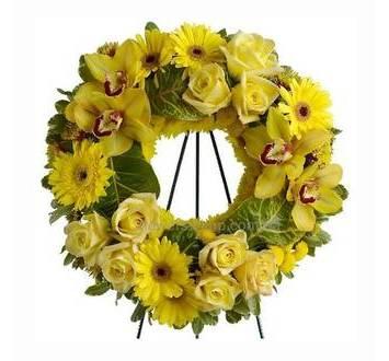 Венок из желтых орхидей, роз и гербер