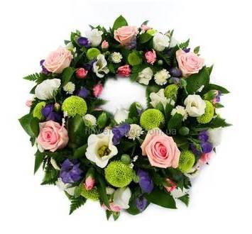 Круглый венок из хризантем, роз, гвоздик и фиолетовых эустом