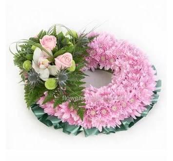 Круглый венок с розовыми хризантемами, розами и орхидеей