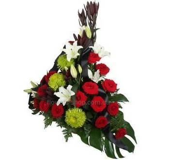 Корзина из красных роз, лилий, одноголовых хризантем, листьев монстеры и зелени