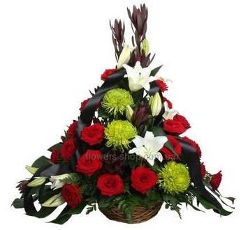 Корзина с розами, белыми лилиями, хризантемами, зеленью ледерварена и монстеры