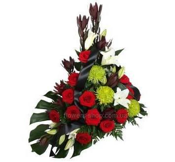Траурная корзина с розами, хризантемами и лилиями