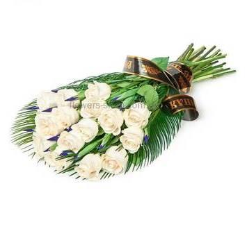 Букет из роз и ирисов, зелень феникса