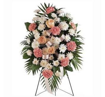 Венок с розами, хризантемами, гвоздиками и зеленью феникса